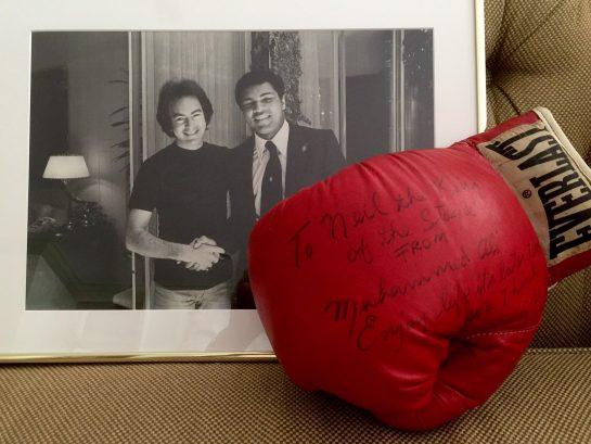 Luva autografada e foto do Neil Diamond com Muhammad Ali
